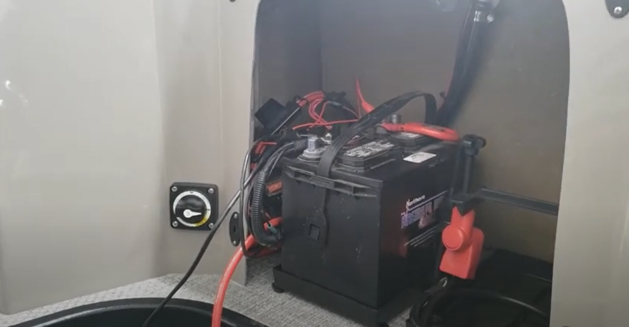 how does a pontoon boat battery charge